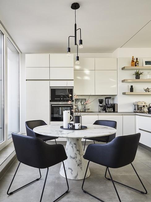 Moderne Küche in Weiß mit rundem Esstisch und schwarzen Stühlen