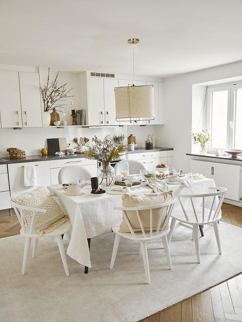 Einzeilige Wohnküche mit Esstisch und Stühlen in Weiß