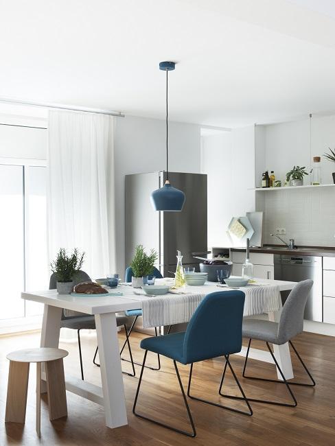 Offene Küche mit Esstisch und Stühlen