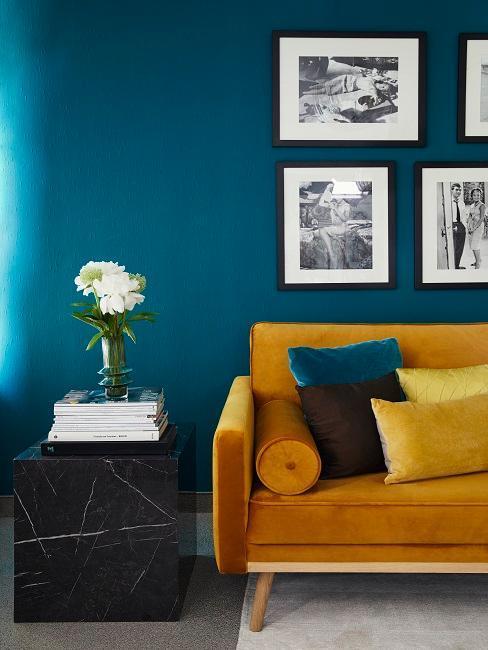 salón con sofá de color mostaza y una pared galería azul