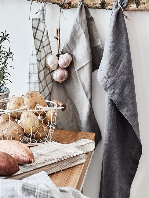 cocina de estilo rústico, con paños de lino