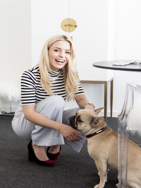 Delia con su bulldog francés en la oficina