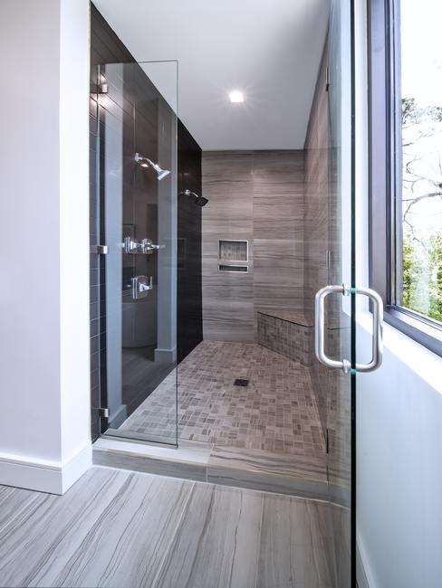 Ducha grande y moderna con puerta de cristal y pared negra