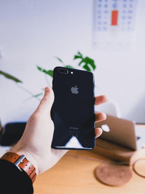 iphone negro para manejar el sistema de casa inteligente