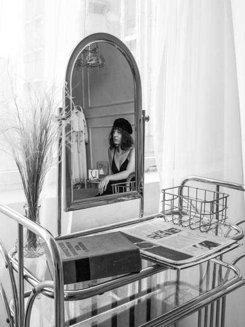 Foto en blanco y negro de vestidor clásico