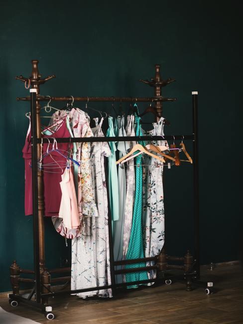 Vestidor metálico con ropa original