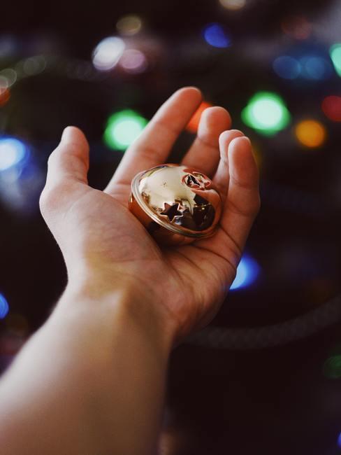 Cajita redonda de latón reluciente en la palma de una mano