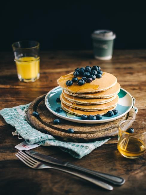 Pancakes con arándanos apilados