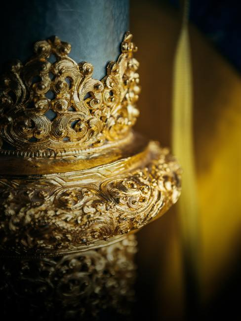 Pieza decorativa dorada en forma de corona