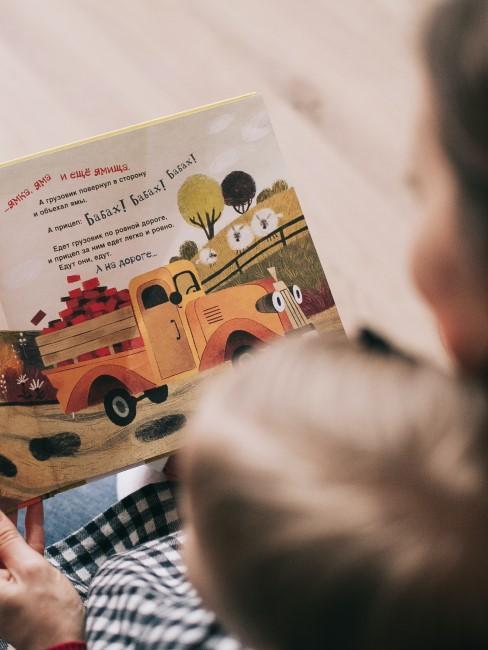 mujer leyendo un libro a un niño