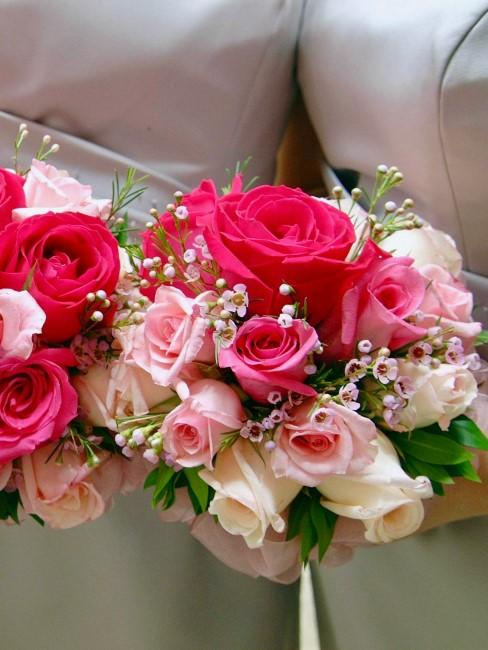 damas de honor sacandose una foto con rosas