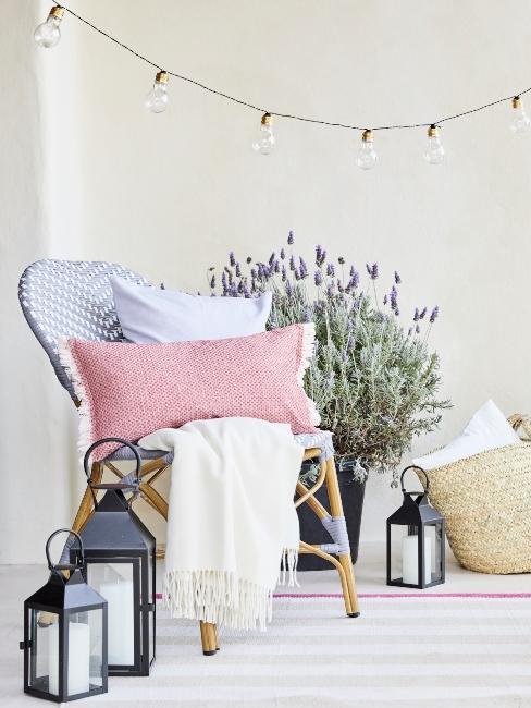 Terrace extérieure avec lanternes, fauteuil et gros pot de lavande