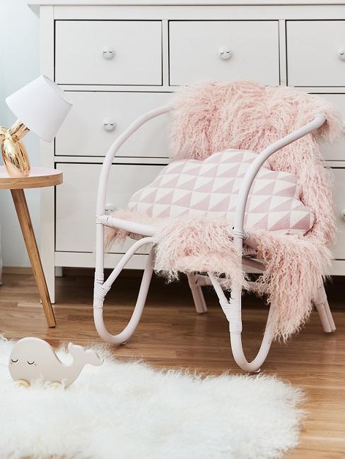 chambre fille rose et creme, chaise design à accoudoirs, avec coussin et plaid douillet, commode blanche