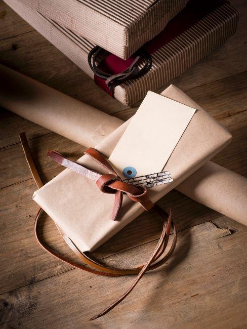 Cadeau emballé de manière éco avec ficelle en cuir