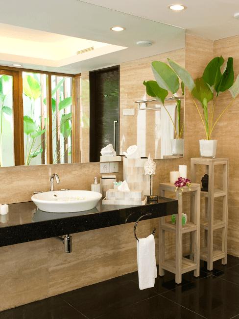 Grande salle de bains en bois avec des étagères