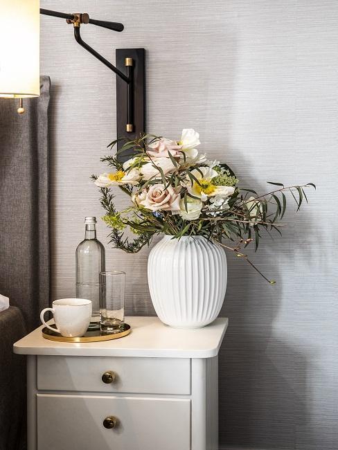 Table de nuit rétro et vase rétro avec fleurs sechées
