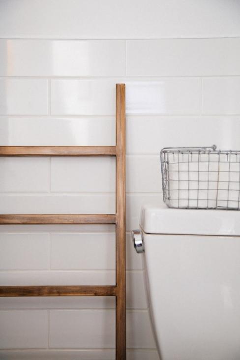 Carrelage blanc avec échelle en bois