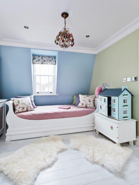 Chambre aux murs bleu et vert, meuble blanc et deux tapis peau de mouton