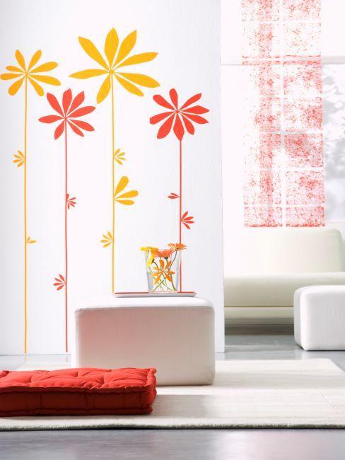 Meubles crèmes, décorations murales jaunes et oranges et coussin de sol orange