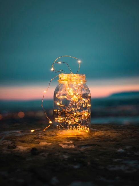 Bocal en verre décoré d'une guirlande lumineuse