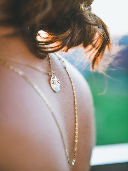 Femme de dos avec collier