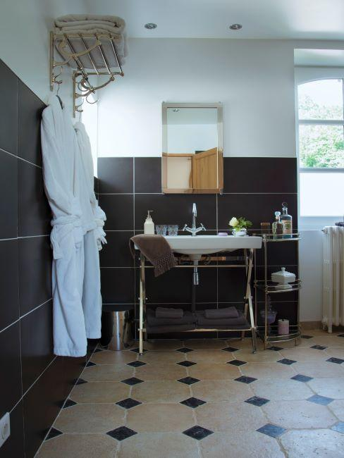 Salle de bain avec un mix de carrelage anthracite moderne et crème vintage