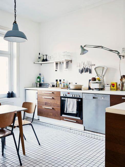 Cuisine avec sol en carrelage; suspension et éléments de mobilier en tôle