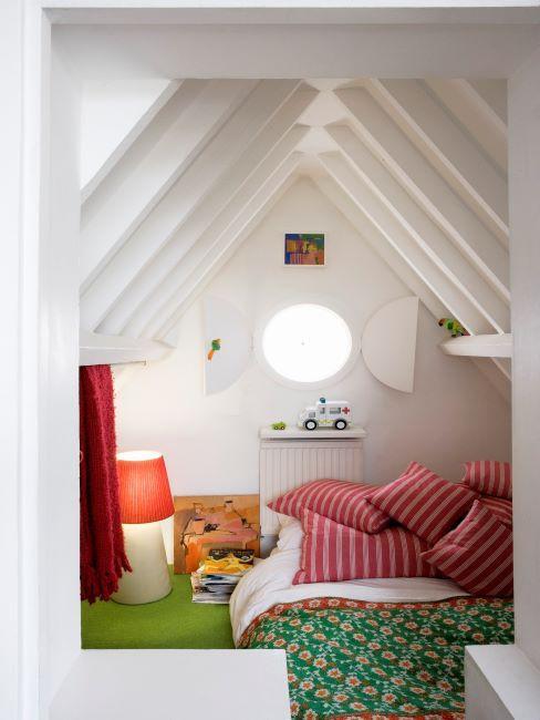 Chambre d'enfant avec draps de lit colorés