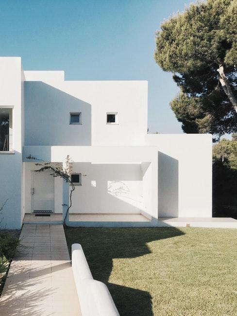 Extérieur d'une maison moderne blanche