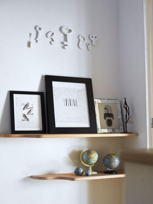 Étagères en bois avec cadres et globes terrestres décoratifs