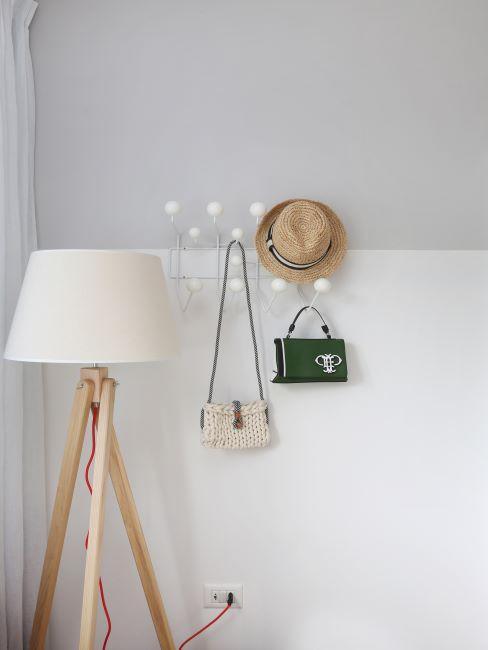 Lampe moderne en bois avec abat-jour et porte-manteau mural blanc