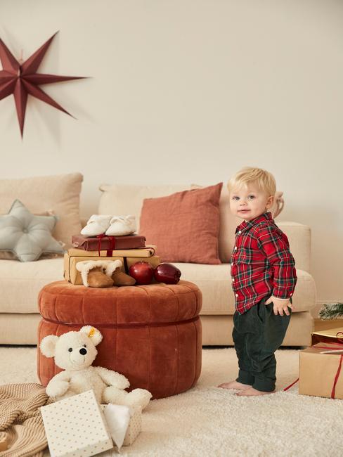 petit garçon avec chemise en flanelle dans un salon