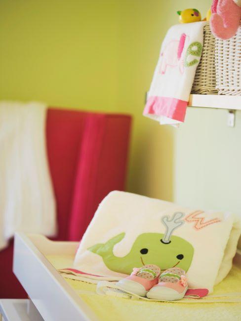 Chambre de bébé aux murs verts avec matelas à planger