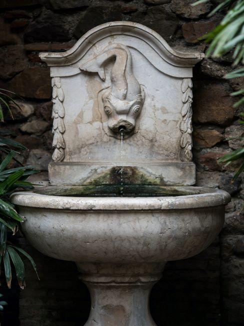 Fontaine de style ancien en pierre