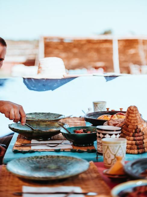 Tablée dressée avec pleins de plats orientaux
