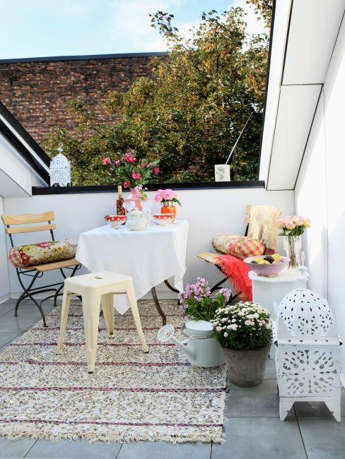 petit balcon terrasse avec un tapis clair recouvrant le sol