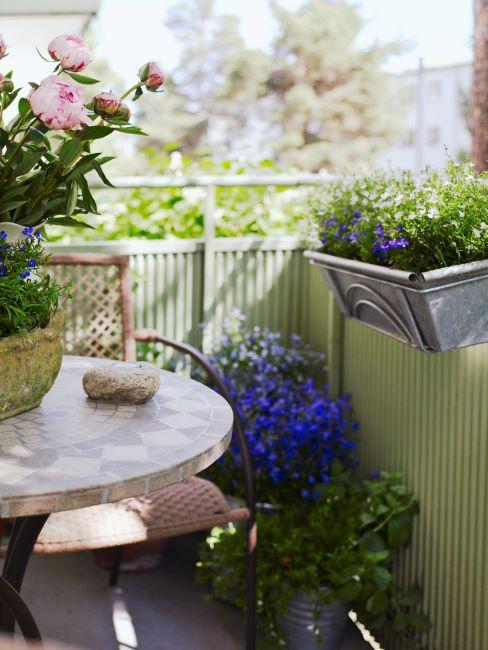 Balcon avec fleurs multiples dans pots et jardinieres