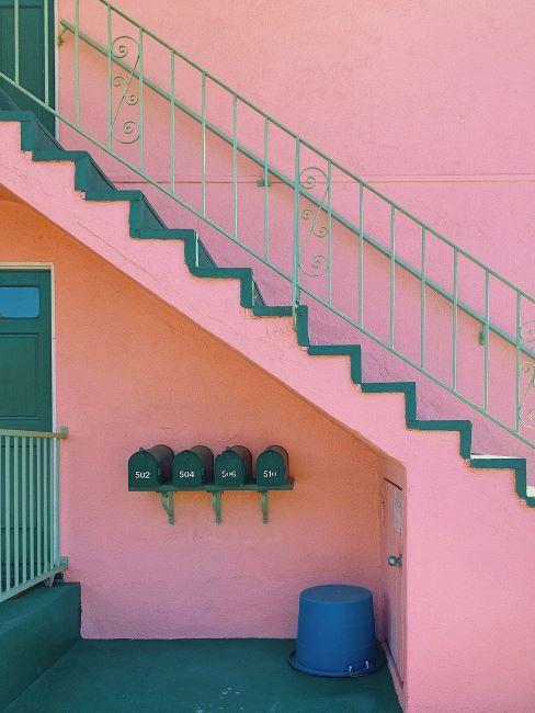 Cage d'escalier extérieure rose et vert émeraude