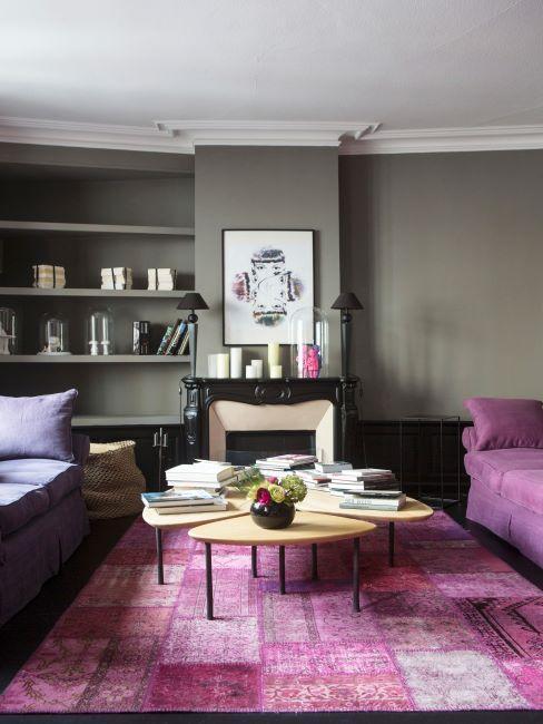 salon aux murs gris et elements deco violets