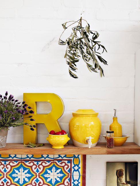 echelle murale en bois avec decoration jaune citron et fleurs