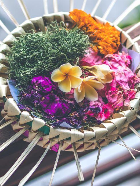 coupe en fibre naturelle avec diverses fleurs sechess