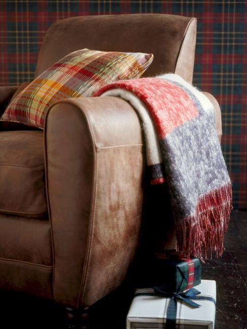 fauteuil en cuir, coussin deco et plaid a carreaux