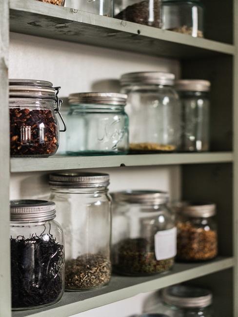 etageres avec bocaux de conservation remplis de divers aliments