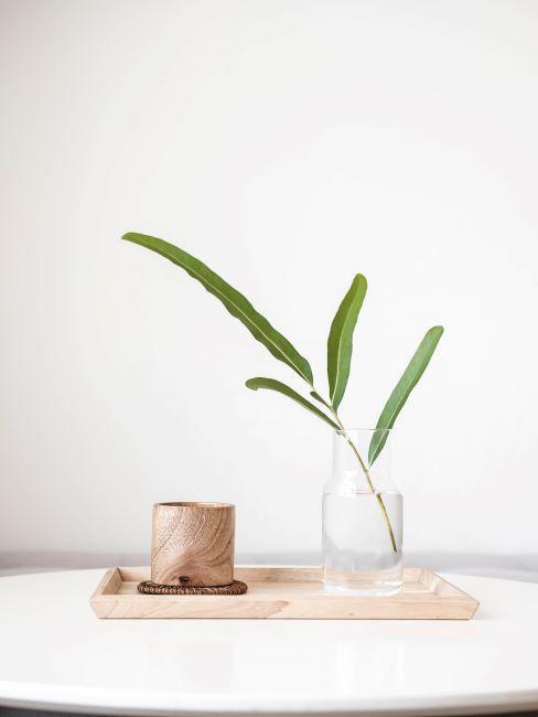 plateau en bol en bois, une blanche verte dans un vase simple transparent
