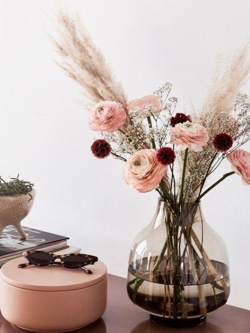 Vaso di vetro e recipiente rosa