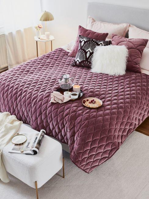 camera da letto con copriletto di colore viola