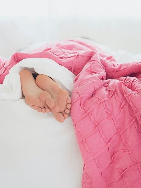 Letto con donna addormentata