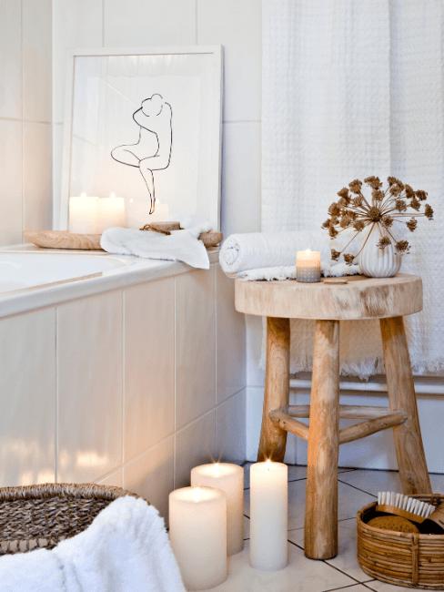Bagno piccolo con vasca e dettagli in legno, sgabello e candele
