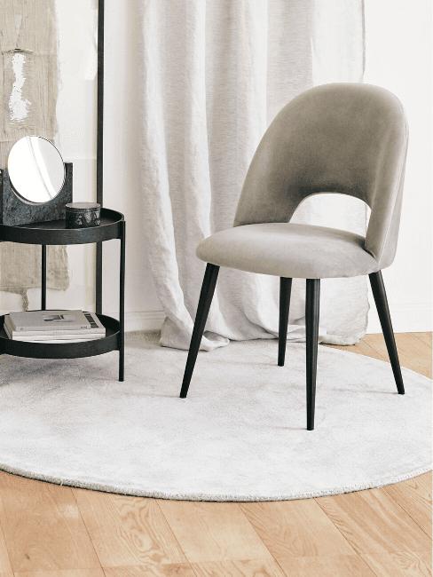 Tappeto rotondo bianco e sedia