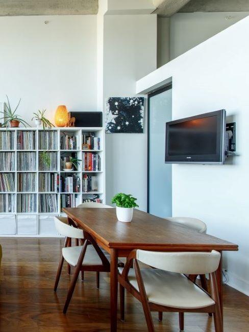 zona living con tavolo marrone e parete divisoria in cartongesso